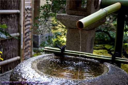 Уличный фонтан из гранитной чаши и бамбука