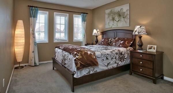 Как расположить кровать в маленькой спальне