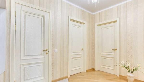 В коридоре со светлыми дверьми обои органичнее смотрятся светлые