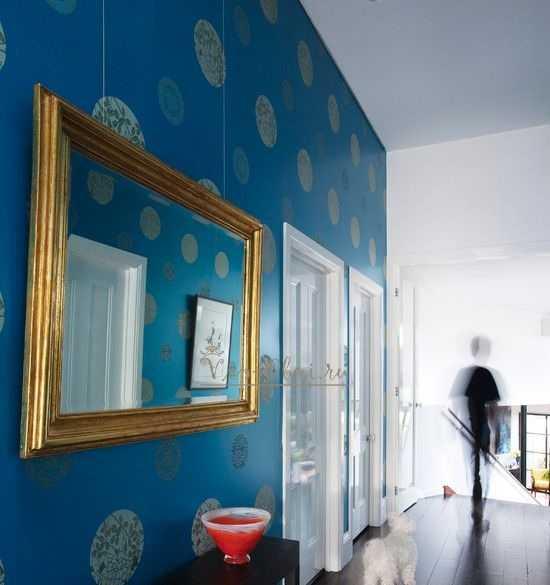 Синие обои - редкость в коридоре