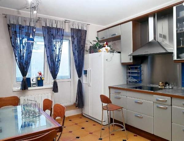 Необычная планировка кухонных шкафов: и выдвижные ящики, и навесные шкафчики размещены не просто так: все продумано
