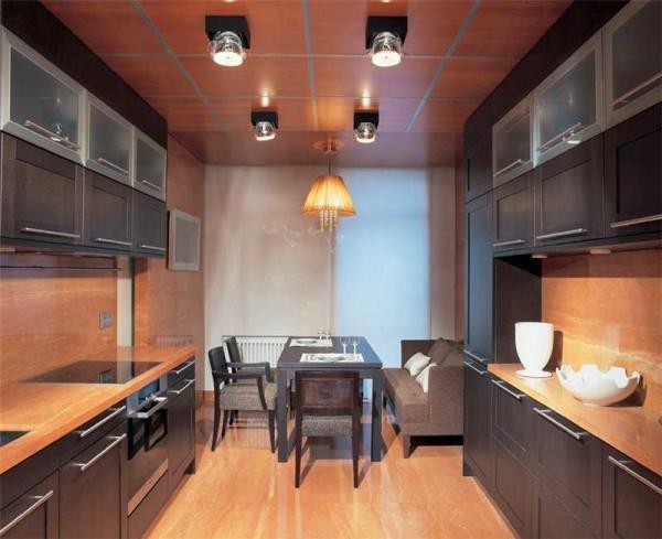 Двухрядная планировка мебели в кухне подходит для длинных кухонь
