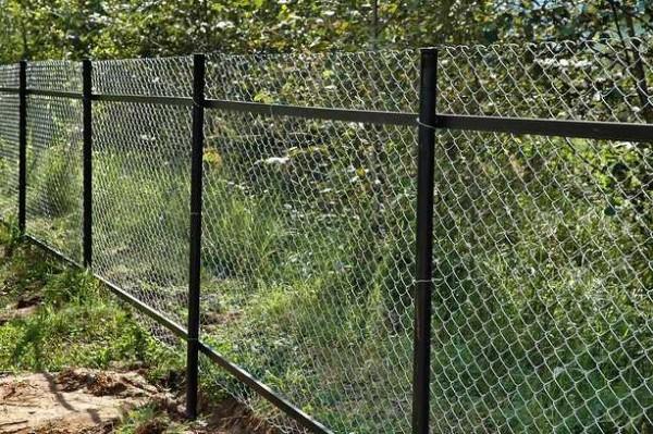 Забор из сетки рабицы со слагами