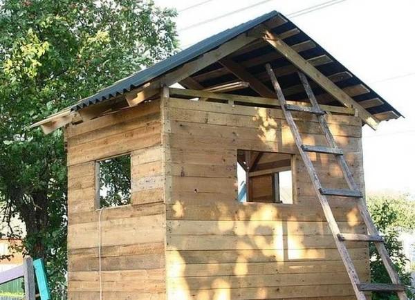 Укладка кровельного материала на крышу детского домика закончена