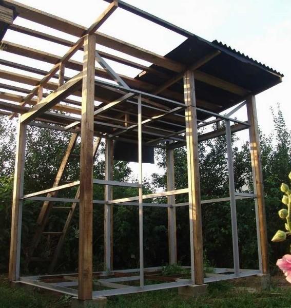 Основанием могут служить строительные блоки или отлитые из бетона столбики