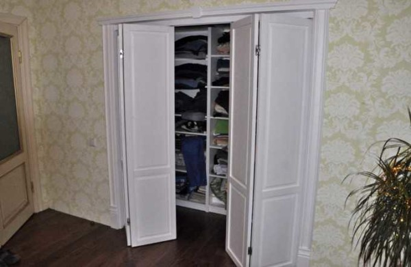 Двери-книжка во встроенном шкафу: удобно и функционально