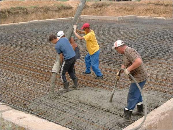 Одновременно с распределением бетона его вибрируют