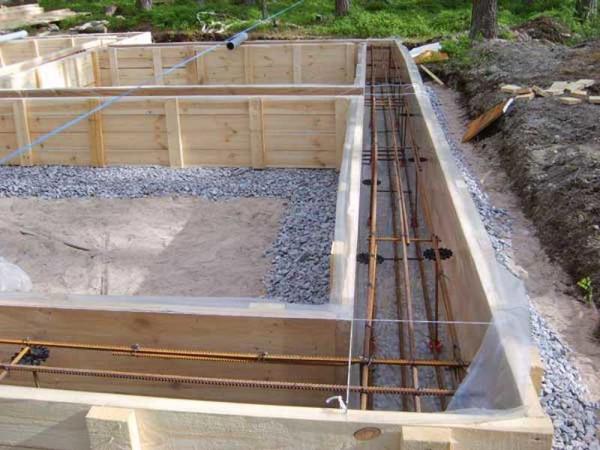 Ленточный фундамент готов под заливку бетоном