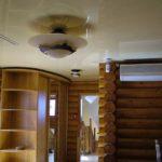 Фото прихожей в доме из бревна с натяжным потолком