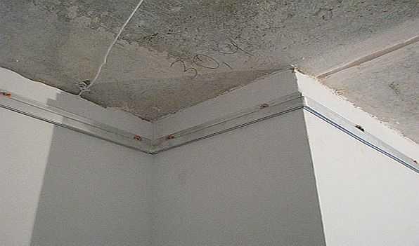 Крепить багет нужно на ровные стены, отступив 4-5 см от основного потолка