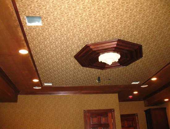 Натяжной потолок из фактурной ткани (стены тоже отделаны по той же технологии)
