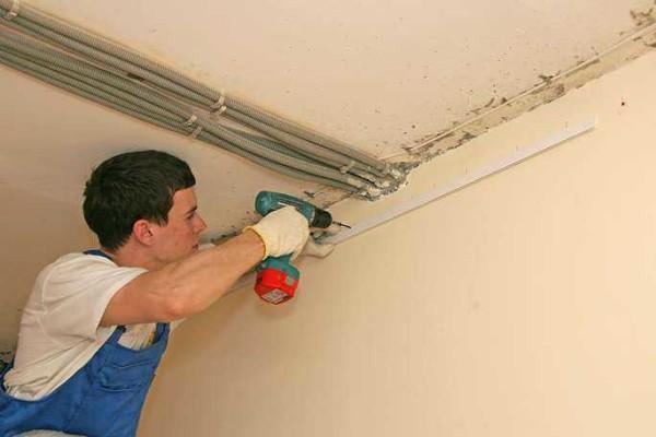 Монтируют потолки после того, как сделаны все пыльные работы, на ровные стены
