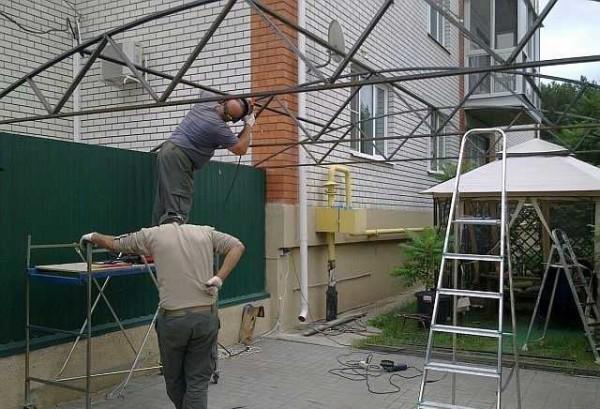 Привариваем трубы для крепления поликарбоната
