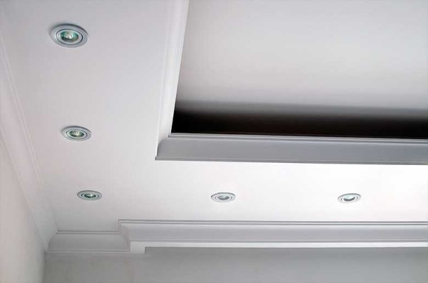 Для установки скрытой подсветки в коробе нижнего уровня делают специальную полочку под светильники