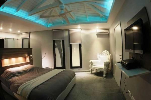 Потолок с подсветкой может быть и деревянным