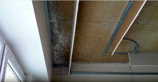 Возле окна крепим полосу, которая будет закрывать струнные карнизы для штор