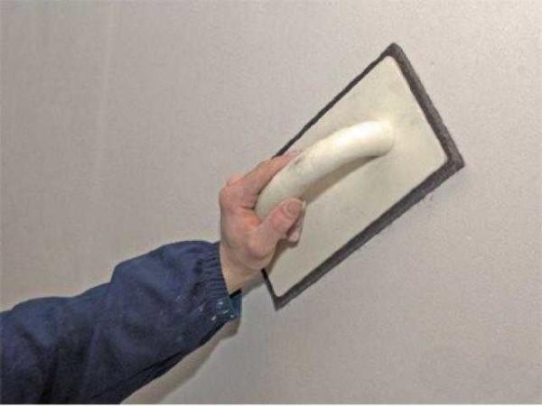 Зачищать неровности надо наждачной бумагой