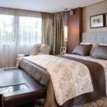 Спальня в современном стиле, преобладают цвета коричневой гаммы