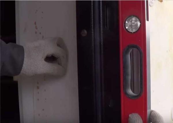 Проверяем ровно ли выставлена дверная коробка по вертикали