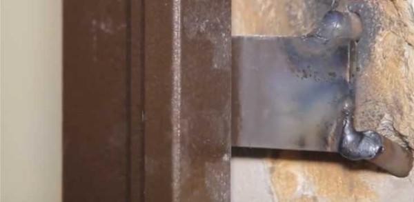 Приварить к двум вбитым в стену кускам арматуры