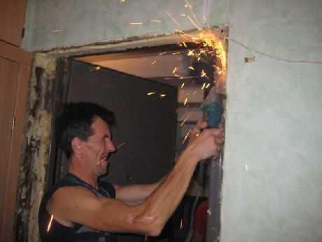 При демонтаже необходимо срезать старый крепеж