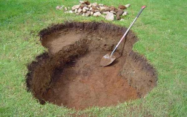Копают котлован нужной глубины, формируя по ходу дела уступы