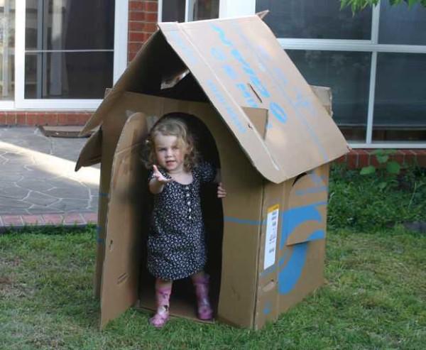 Детский домик из коробки с двухскатной крышей
