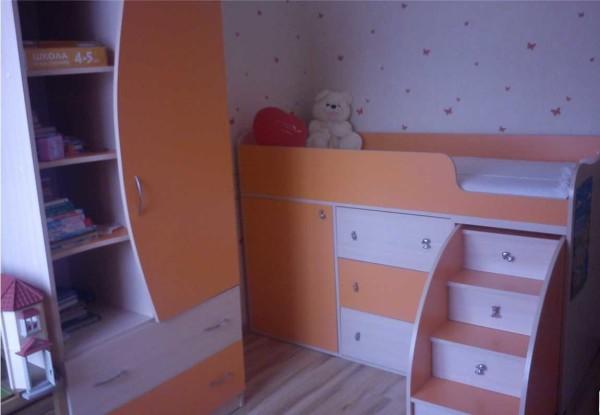 Детская кровать-чердак может быть средней высоты - спальное место находится на расстоянии метра от пола (или около того)