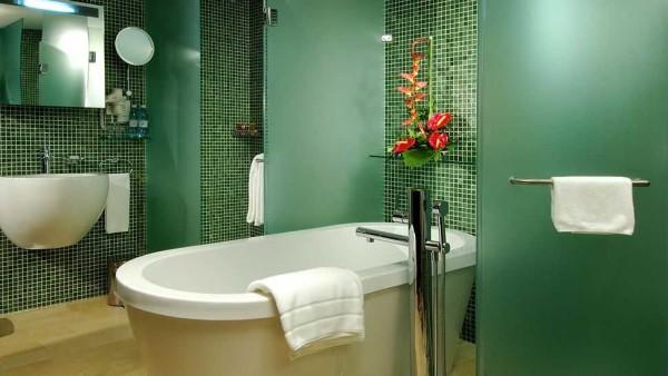 Дверцы в душ тоже можно сделать из цветного стекла в тон