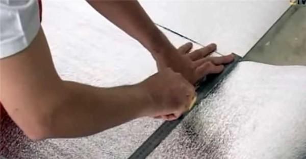 Для минимизации теплопотерь можно расстелить слой ламинированной теплоизоляции