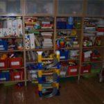 Постепенно один стеллаж превращается в стенку с игрушками
