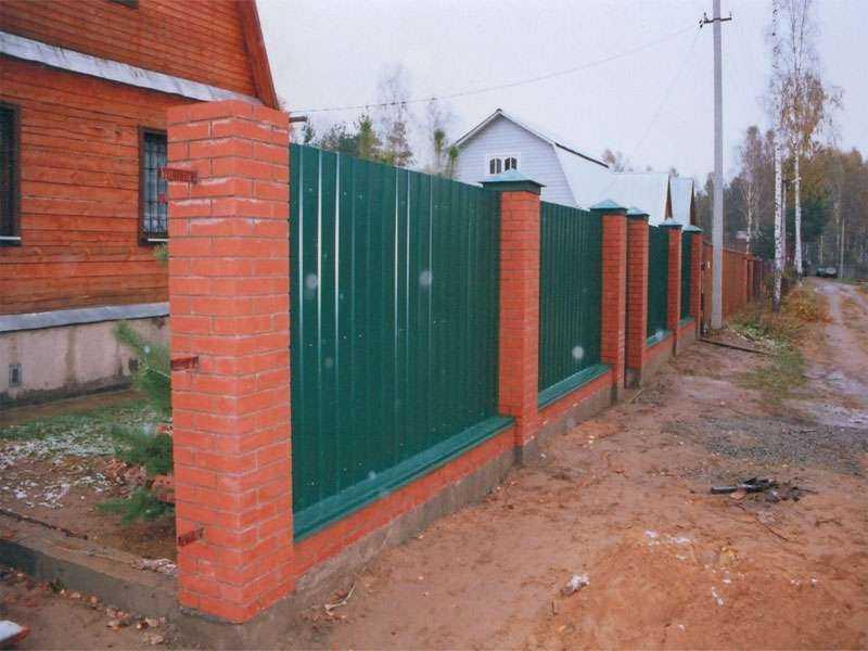 Забор из профлиста с кирпичными столбами своими руками 35