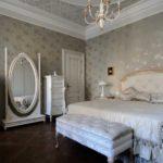 Серо-белая спальня в классическом стиле