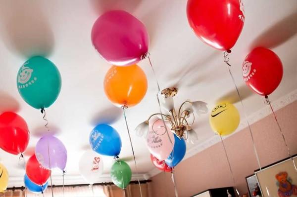 Для встречи новорожденного в комнату можно надуть гелевые шары