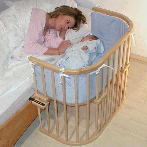 Удобный компромисс: и ребенок в своей кроватке и маме вставать не нужно