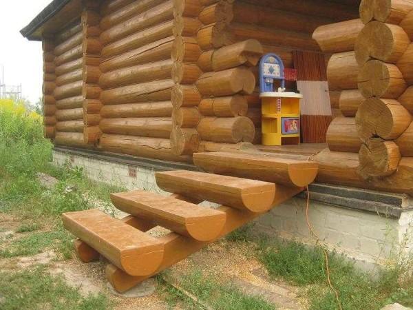 Крыльцо к деревянной бане - лестница из бревен