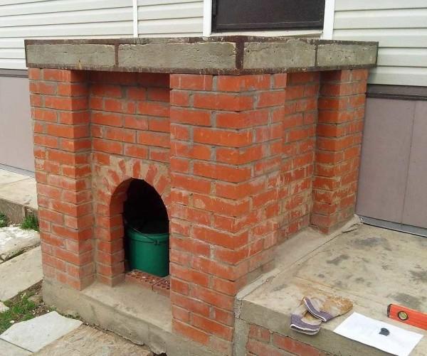 Готовое кирпичное основание с бетонной плитой