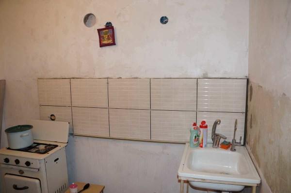 Плитка на фартук в кухне уложена