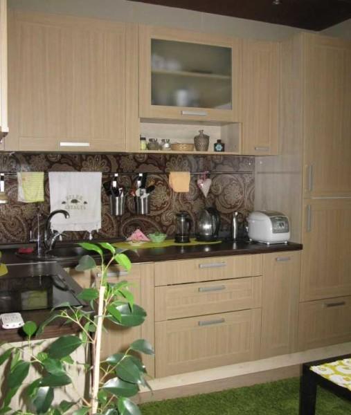 Бежево-коричневая гамма - еще один традиционный вариант для небольших кухонь