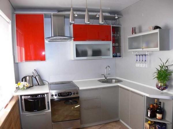 При оформлении кухни главное - не переборщит с цветовыми акцентами. Их должно быть немного