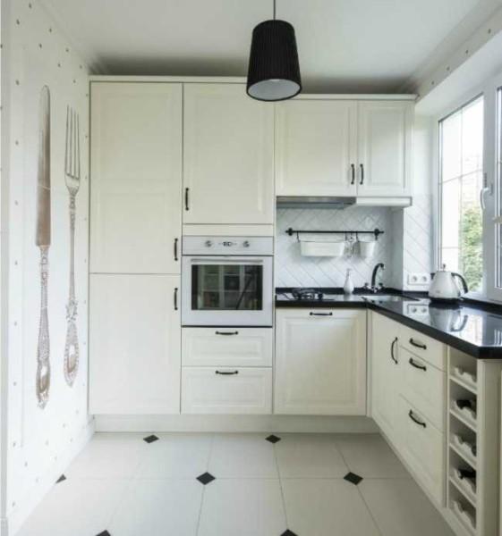 Белая кухня с небольшими черными акцентами - всегда актуальна
