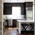 Очень необычное расположение кухонного гарнитура - на стене с окном