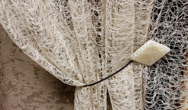 Разновидность сетки - тюль-паутинка. Отлично смотрится на окне спальни