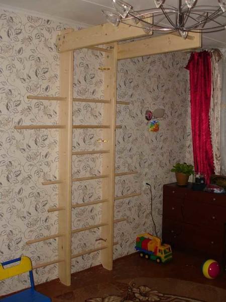 Прикрепили к стене основу домашнего спортуголка для детей (и не только)