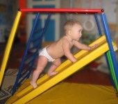 Для малышей - от 1 года есть небольшие горки с пологими стенками - они обычно стоят отдельно