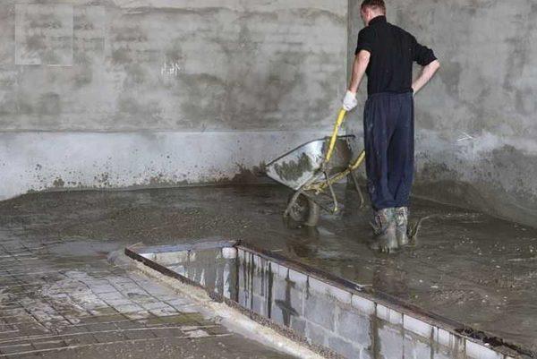 Чтобы замешивать бетон в бетономешалке нужна большая команда