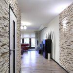 Декоративный камень особенно выделяется на фоне гладких стен