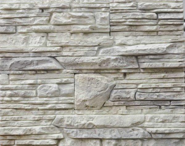 Сочетание обоев и декоративного камня в коридоре 16