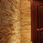 Можно стены в прихожей полностью выложить декоративным камнем