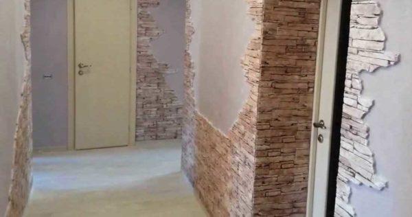 Сочетание обоев и декоративного камня в коридоре 9